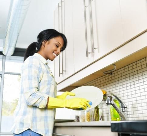 Limpar bem os utensílios antes e depois de usá-los são cuidados básicos na cozinha