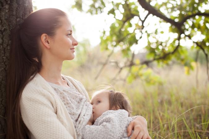 Amamentação é nutrição para o corpo e fortalece relação mãe-bebê
