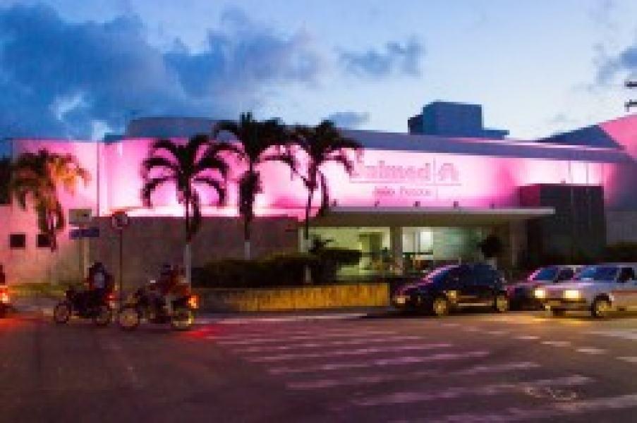 A fachada da sede da Unimed JP está iluminada na cor rosa: alerta contra o câncer de mama