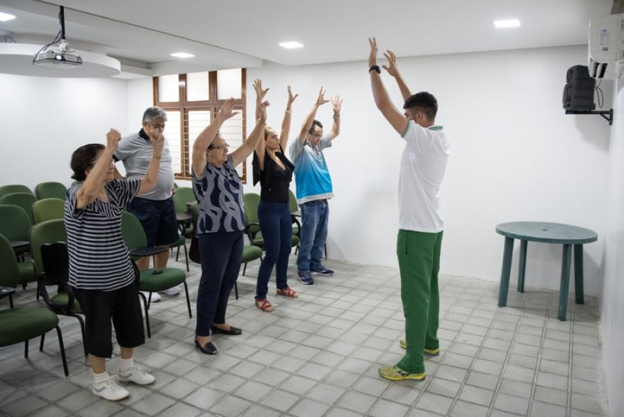 Durante o workshop, participantes do grupo de diabetes fazem atividade física: hábito saudável