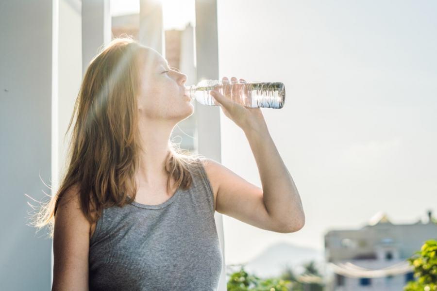 Beber dois litros de água por dia faz bem à saúde e à beleza: regula as funções e elimina as toxinas