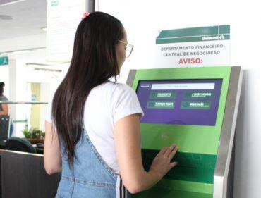A cliente usa o terminal de autoatendimento e aprova novos serviços instalados: mais agilidade