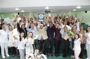 A equipe de enfermagem e gestores celebram a conquista do selo de qualidade: excelência