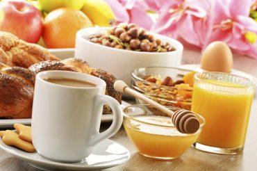 É preciso se atentar ao que é consumido na primeira refeição, incluindo alimentos saudáveis