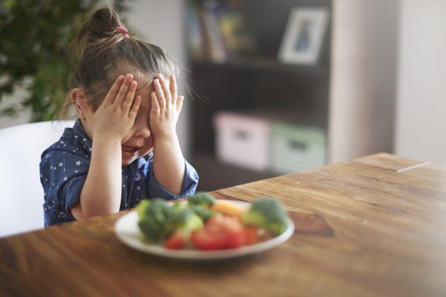 Forçar a criança a comer pode causar problemas com consequências negativas para a vida toda