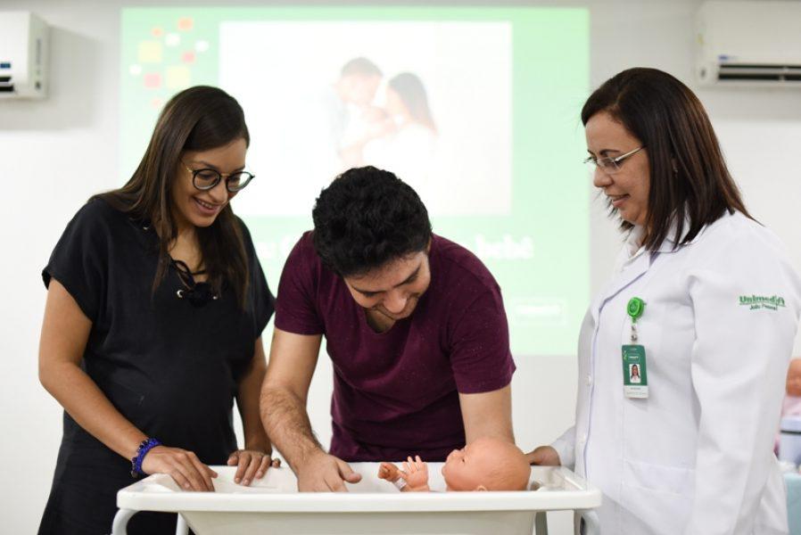 Curso sobre amamentação e oficina de cuidados com o bebê para as clientes