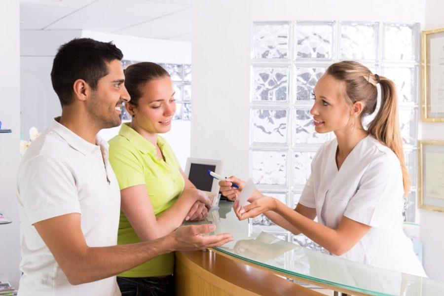 Após a consulta, a orientação é que o cliente solicite à atendente que a requisição seja feita