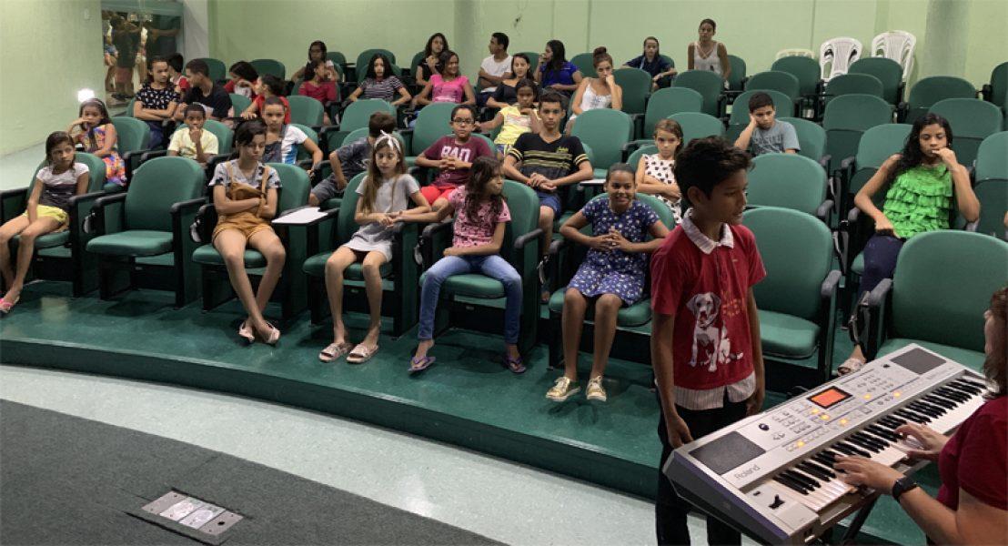 Os candidatos a uma vaga no Coral Jovem Unimed JP fizeram teste de capacidade vocal: preparação