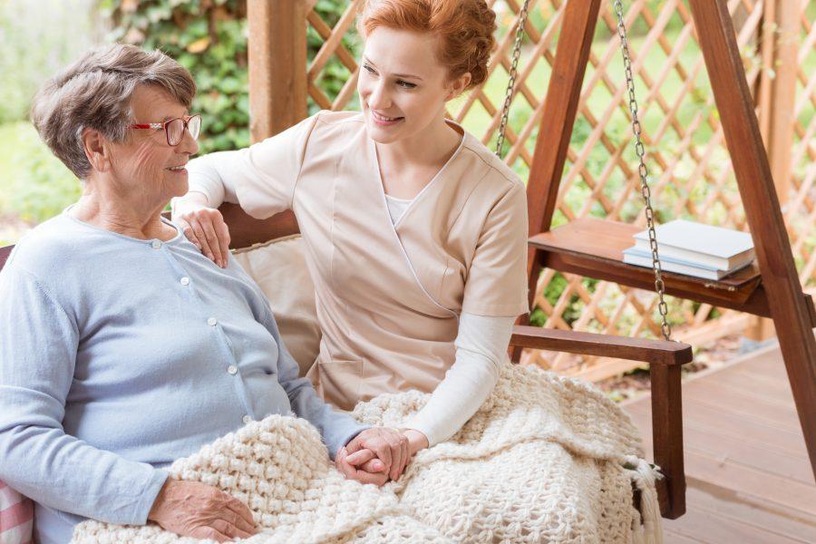 Visita a instituição que abriga idosos ou crianças para contar história proporciona bem-estar