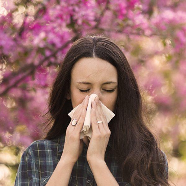 Espirros e coceira no nariz podem ser sintomas de alergia: reações do sistema imunológico