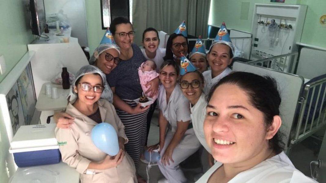 Bebê completa 4 meses e ganha festa no Hospital Alberto Urquiza Wanderley