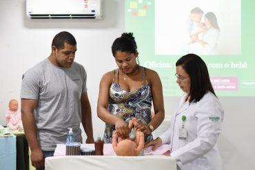 Pais aprendem a cuidar do recém-nascido em oficina do Grupo Mãe e Bebê: mais segurança