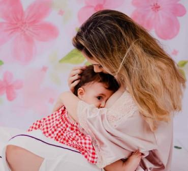 A estudante de medicina Lara Queiroz amamenta a filha Antonella há dois anos: vínculo afeto e saúde