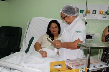 A enfermeira utiliza aplicativo para acessar as informações sobre os exames da paciente