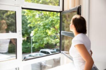 Os especialistas recomendam que as janelas sejam abertas para iluminar e arejar o ambiente