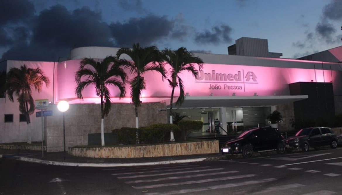 Sede da Unimed JP está iluminada com a cor rosa: conscientização e combate ao câncer de mama