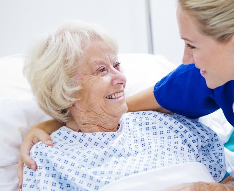O cuidador ajuda aquelas pessoas que necessitam de auxílio especial no dia a dia: dedicação