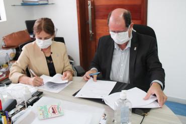 Margareth Diniz (UFPB) e Gualter Ramalho (Unimed JP) assinaram Acordo de Cooperação