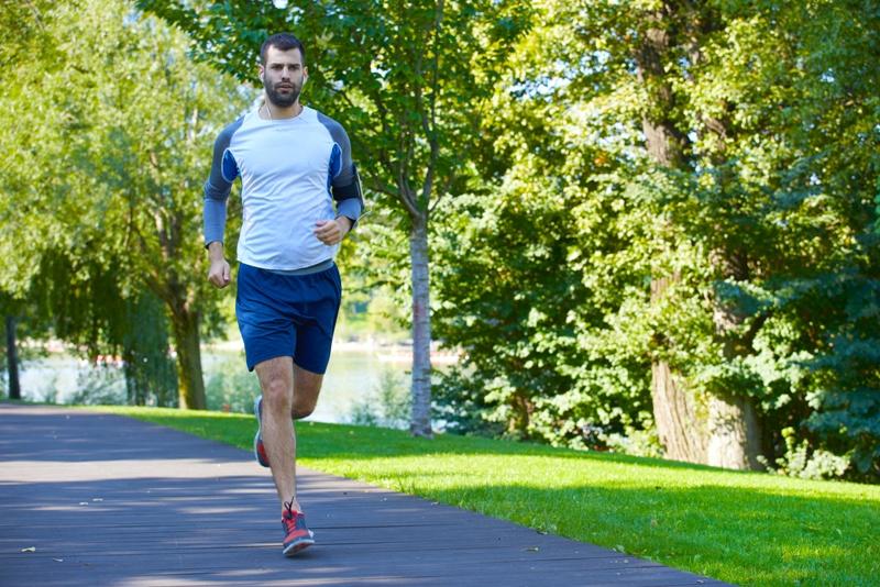 Correr e praticar esportes estão entre as atividades que devem ser realizadas regularmente